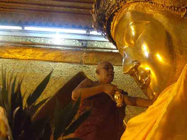 ดั่งลมหายใจ - พิธีล้างพระพักตร์พระมหามัยมุนี มัณฑะเลย์, พม่า