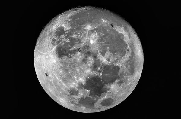 """รางวัลชนะเลิศ นายพรชัย รังษีธนะไพศาล ชื่อภาพ """"สถานีอวกาศนานาชาติ ISS ผ่านหน้าดวงจันทร์ ใต้ฟ้าประเทศไทย"""""""