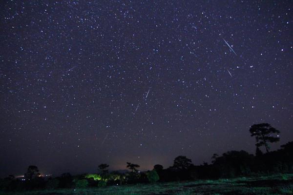 """รางวัลชนะเลิศ นายกีรติ คำคงอยู่ ชื่อภาพ """"Geminids Meteor Shower 2012"""""""